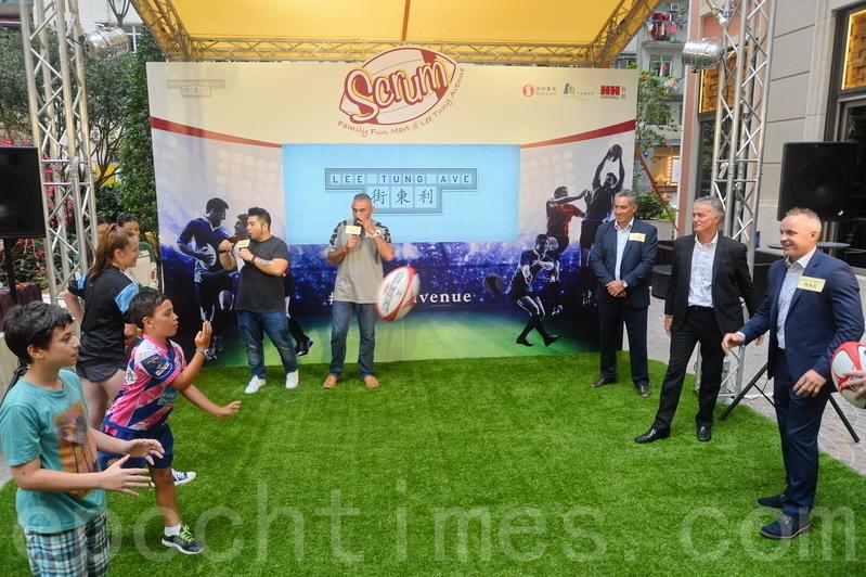 All Blacks隊員現場為球迷示範球技,與球迷傳球互動。(宋祥龍/大紀元)