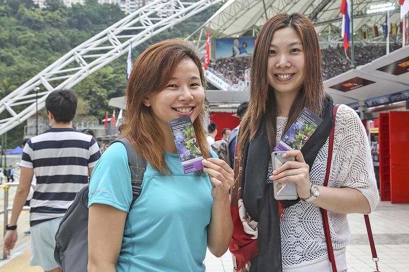 香港七人欖球賽盛事,球迷紛紛到場觀賽。(余鋼/大紀元)