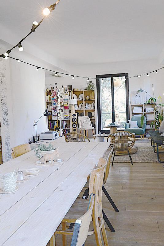 從天花板垂落的電燈泡,稱為「Guinguette」,造型靈感來自四○年代流行的船上舞廳。  圖/采實出版社