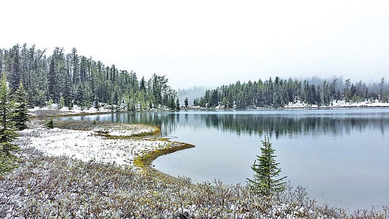 躺在高山裏的棕熊湖如斯靜謐。