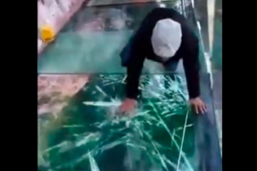 河北景區玻璃棧道使用碎裂特效 遊客被嚇癱