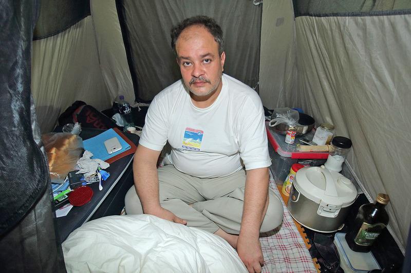 巴勒斯坦難民Ismail Smail居住在立法會議員梁國雄所贈的帳篷內。(蔡雯文/大紀元)