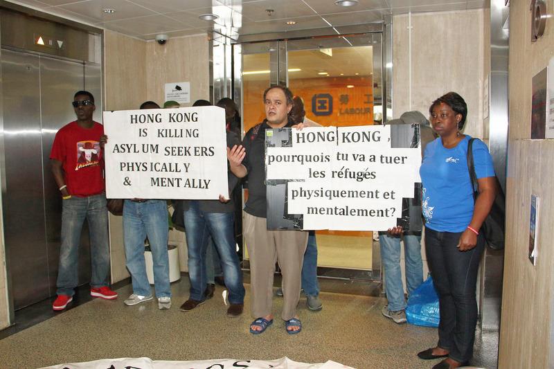 政府對每名難民有少量金錢補助,但在今天的香港仍難以生活;Ogunleye Oledunni(藍衣)與多名難民早前到勞工處請願,希望政府可以容許他們在港工作自供。(蔡雯文/大紀元)
