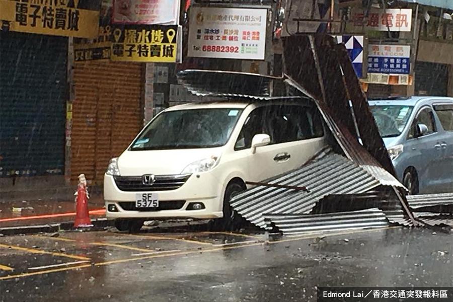【卡努襲港】深水埗簷篷墮下 路邊兩車被波及