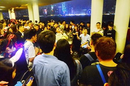 現場樂隊演唱,吸引大批市民圍觀。(宋祥龍/大紀元)