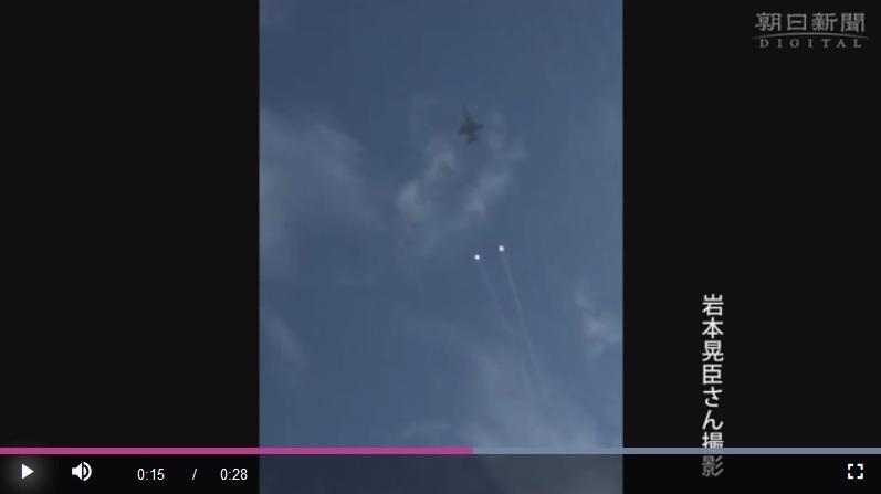 美軍機在日本上空發射「不明發光球體」
