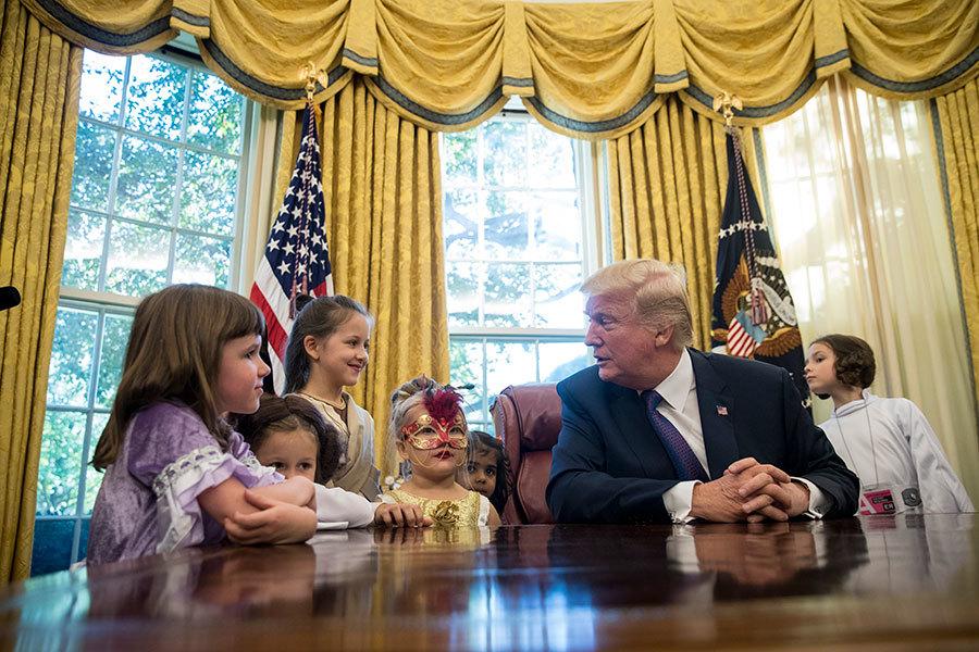萬聖節前 特朗普在白宮向記者子女派糖