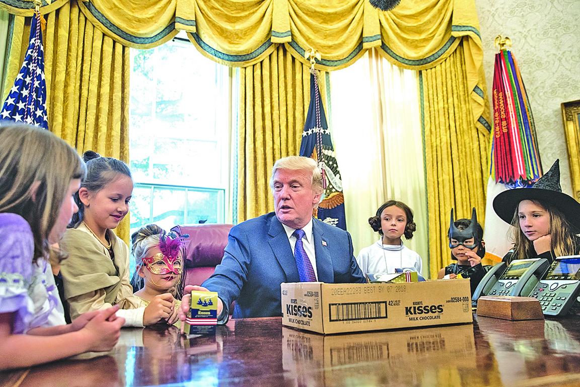 特朗普在白宮給記者子女發糖