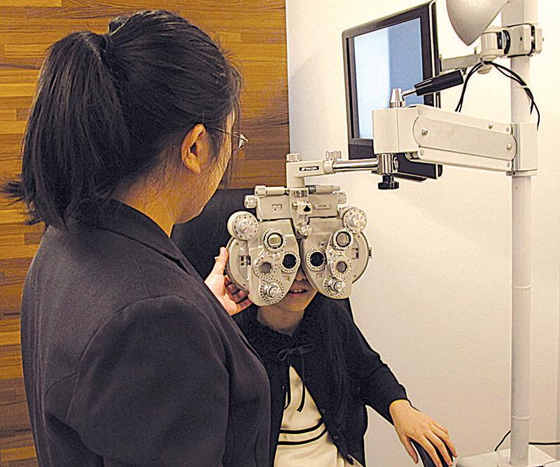 沉湎電子設備的青少年,很多都出現視力問題。(施芝吟/大紀元)