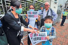 多個團體昨日到中聯辦抗議大陸官員販賣單程證,促香港收回審批權。(潘在殊/大紀元)