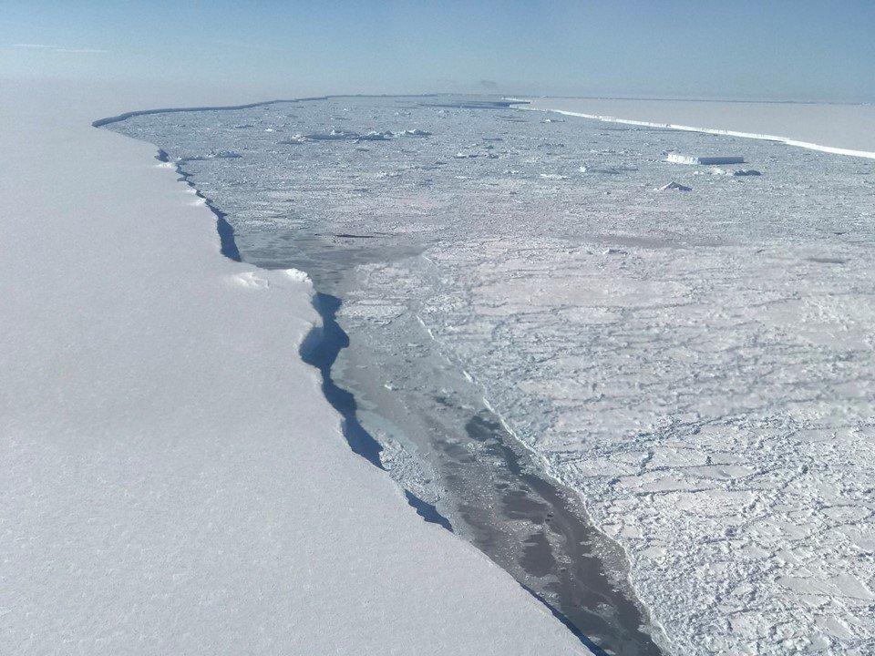 南極巨型冰山脫離冰架 近距離震撼照曝光