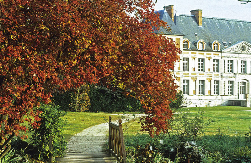 庫森城堡與其花園渾然一體。(domaine-de-courson.fr)