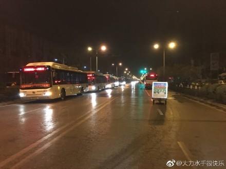 中共煤改氣殃及交通 公交車加氣排長龍