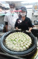祥興記以上海生煎包馳名,不少食客除堂食外,還會多帶幾份外賣離開。(宋祥龍/大紀元)