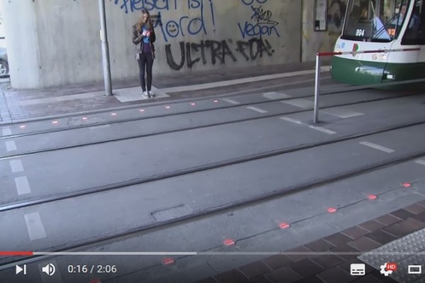 專為「低頭族」設計 德國城市在地面裝紅綠燈