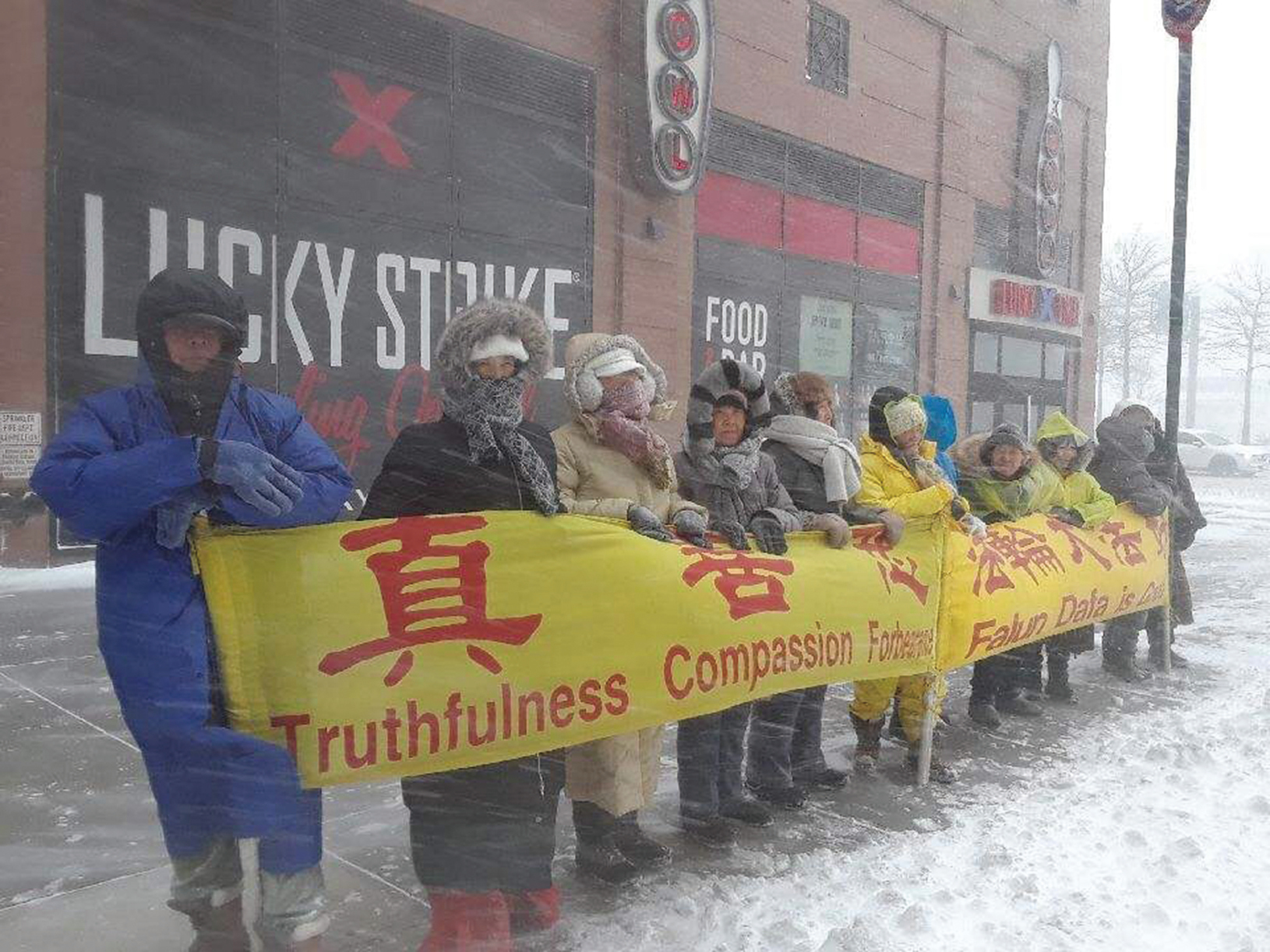 紐約法輪功學員風雪中講真相