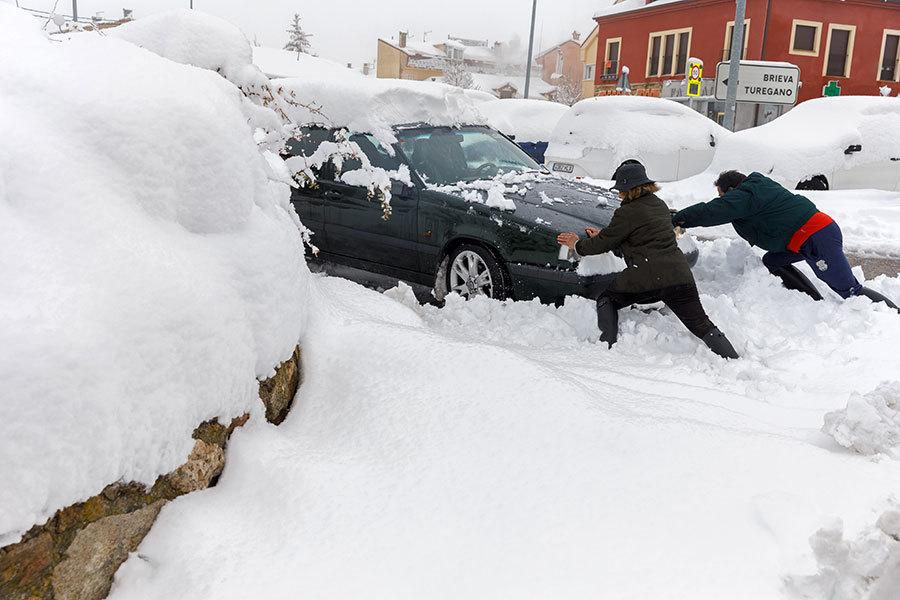暴風雪襲西班牙 數千汽車受困高速公路