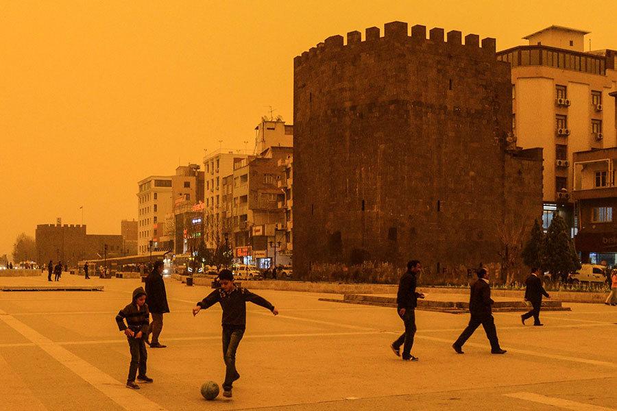 沙塵暴侵襲土耳其 天空變紅猶如末日景象