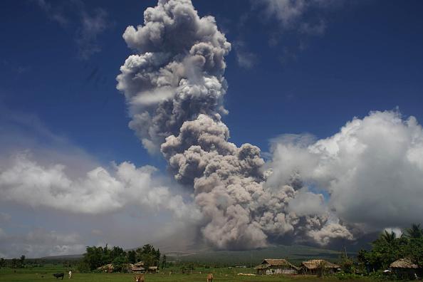馬榮火山大爆發迫在眉睫 灰煙竄至萬米高空