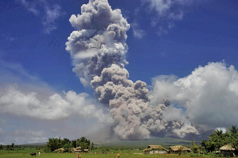 馬榮火山發生大爆發 灰煙竄至萬米高空