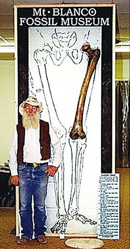 美國德州Mt. Blanco化石博物館館長Joe Taylor與他複製的巨人大腿骨合照。