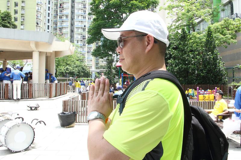 今年3月底才剛學煉法輪功的香港公務員關先生,20幾年的煙癮戒掉了。(蔡雯文/大紀元)