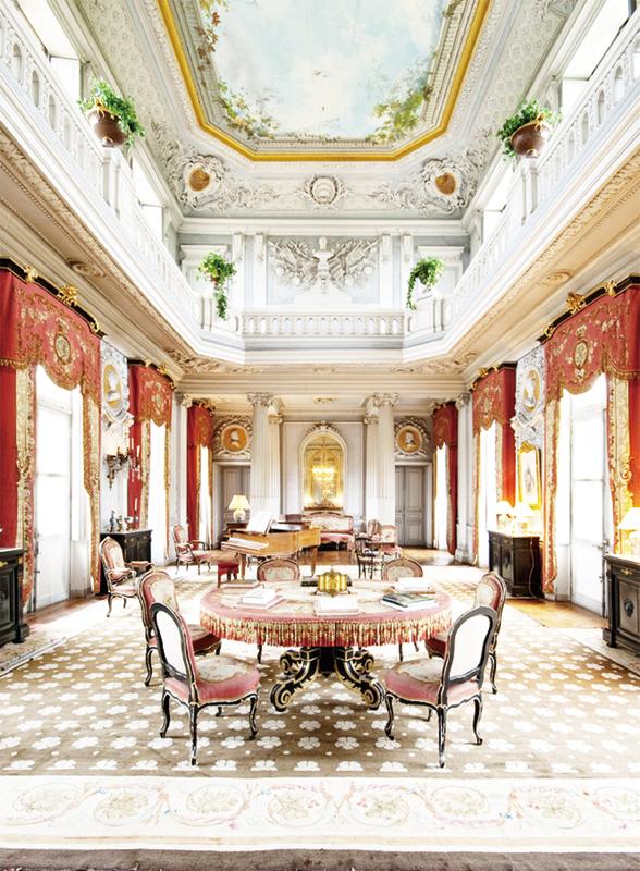 城堡入口的金紅色大沙龍。