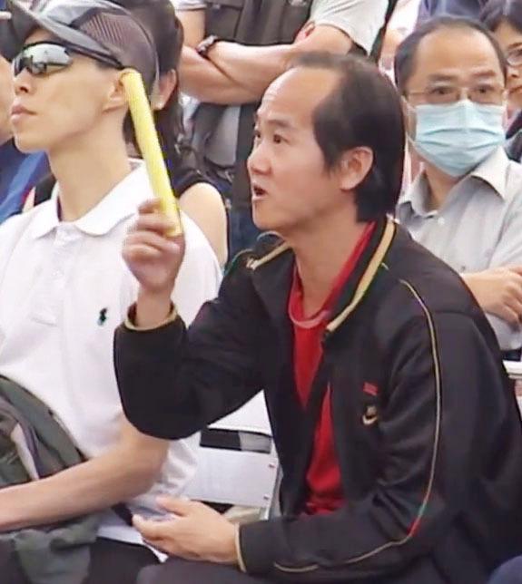 愛港力成員黃榮,左圖為騷擾法輪功的現場;右圖為城市論壇現場。