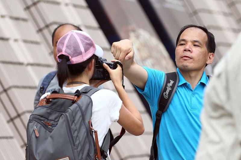 惡徒發現記者拍照後,對記者進行騷擾,要警察介入才肯收手。