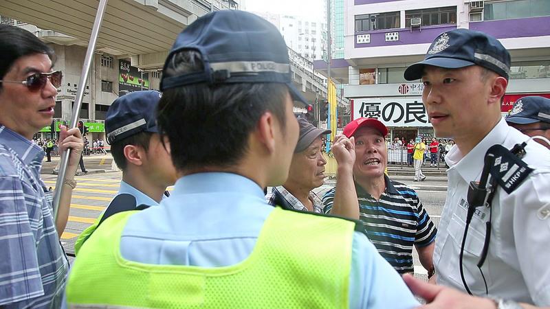 惡徒對維護秩序的警察惡言相向。