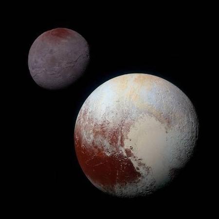 卡戎(左上)和它的主星——冥王星(右下)的對比圖。(NASA/JHUAPL/SwRI)