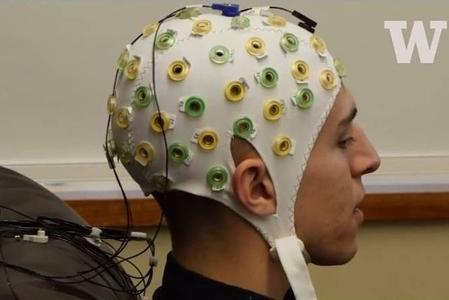 科學實驗證實,思維可以傳送。圖為實驗者的思維被轉換成腦電波的方式發送出去。(視頻擷圖)