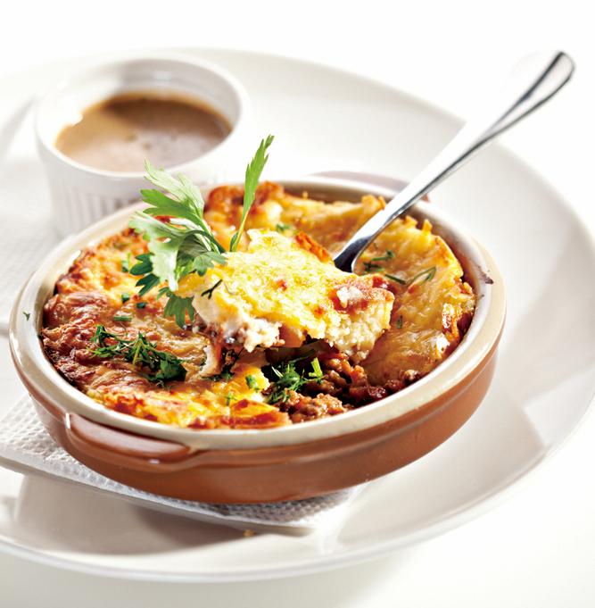 牧羊人派(Shepherd's pie)是把牛絞肉炒過放到烤盤的底層,接著加入蔬菜,最上面以馬鈴薯泥、起司覆蓋。 圖/Fotolia