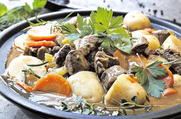 愛爾蘭燉菜(Irish Stew)是使用羊肉燉煮,蔬菜則是加入馬鈴薯、胡蘿蔔、洋蔥。 圖/Fotolia