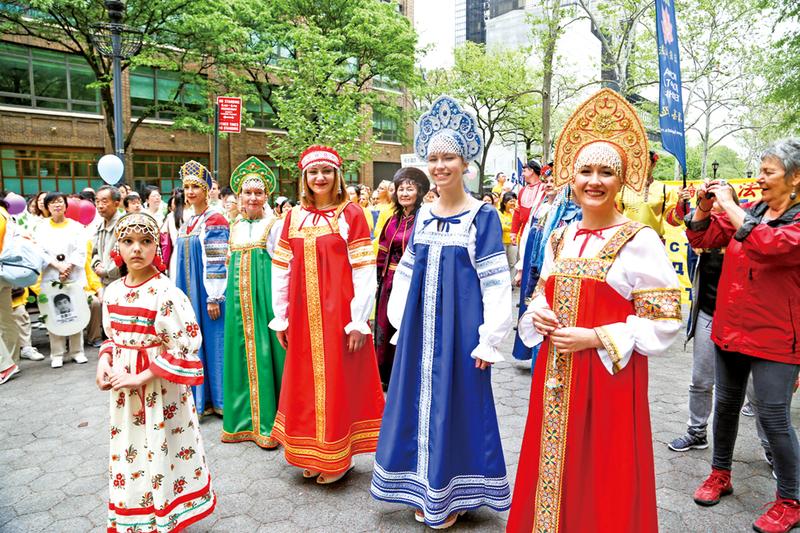 5月13日近萬名來自世界各國、不同族裔的部份法輪功學員齊聚紐約,巡遊慶祝法輪大法洪傳24年。(戴兵、馬有志、愛德華/大紀元)