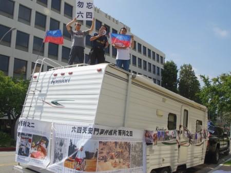 中共國家恐怖主義暴行圖片展覽車。(劉菲/大紀元)