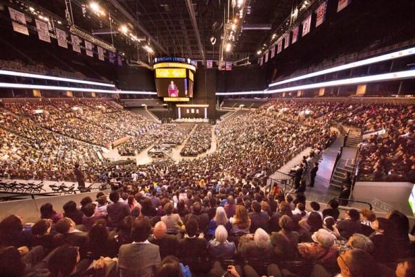 2016年5月15日,1萬名來自53個國家的部分法輪功學員在紐約舉行法輪大法修煉心得交流會。圖為法會現場。(戴兵/大紀元)