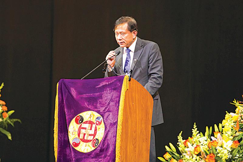 南卡羅來納大學艾肯商學院謝田教授在在法會上發言。(戴兵/大紀元)