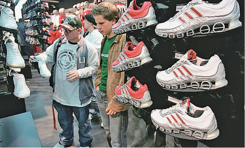 Adidas等名企撤離中國