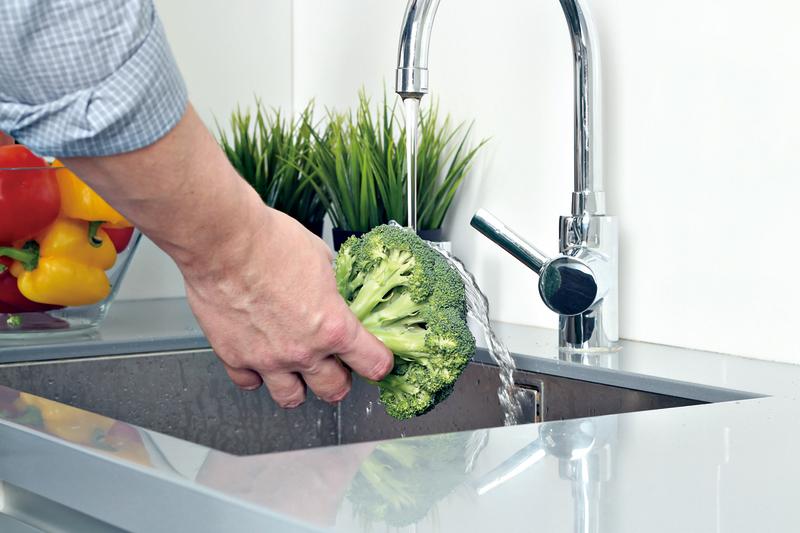 清洗西蘭花時適合整顆清洗,不要先切。