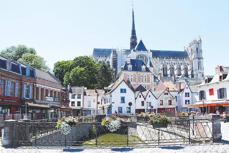 法國皮卡第省亞眠杜唐廣場上的聖母大教堂和索姆河。( 維基百科)