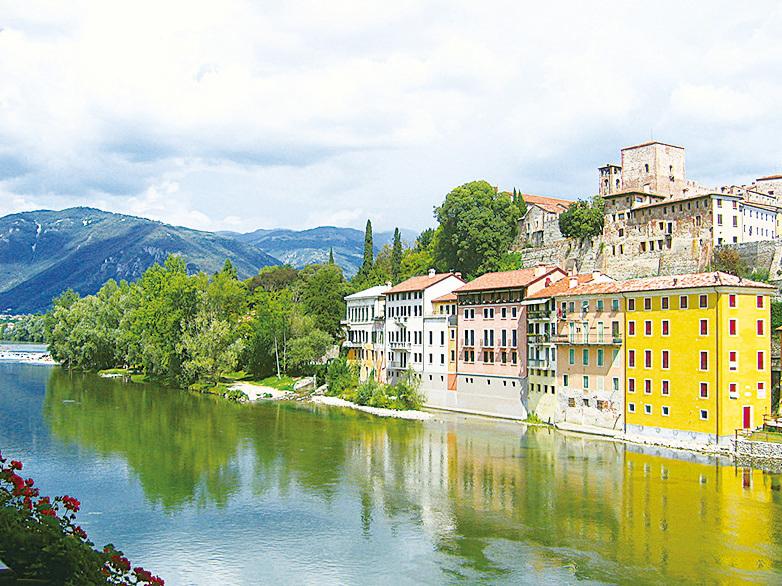 意大利布倫塔河畔的巴薩諾鎮。(fedewild / 維基百科)