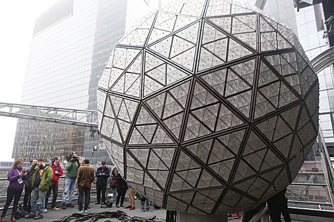 12月27日,為時代廣場的水晶球新設計的288塊水晶板全部更換完畢。(杜國輝/大紀元)