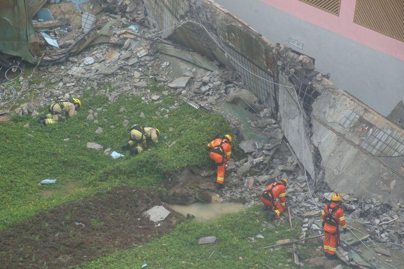 消防搜索隊成員攜同熱能探測器,在瓦礫中搜索,確定沒有人被困。(IMAG提供)