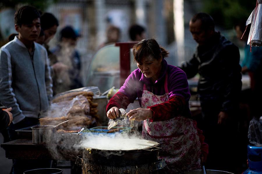 天津規定煎餅果子不能逾45厘米 網民抗議