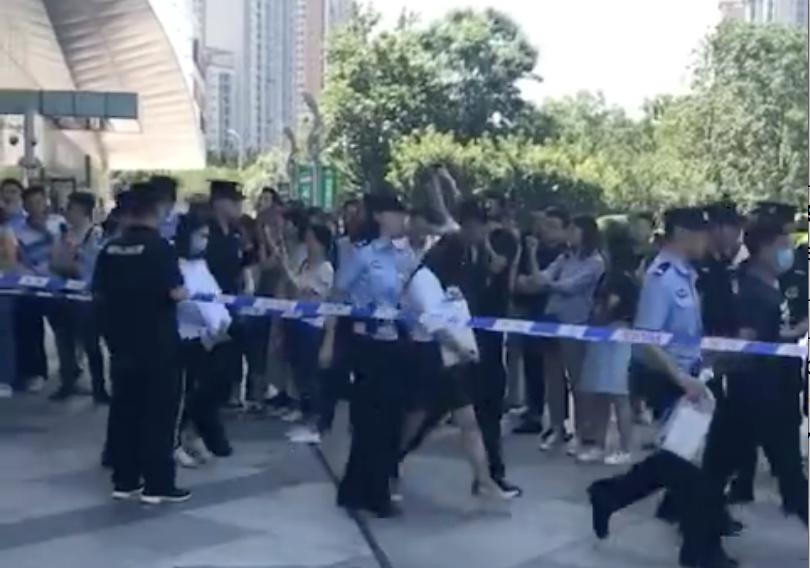 北京特警持槍突襲萬達寫字樓 帶走百餘人
