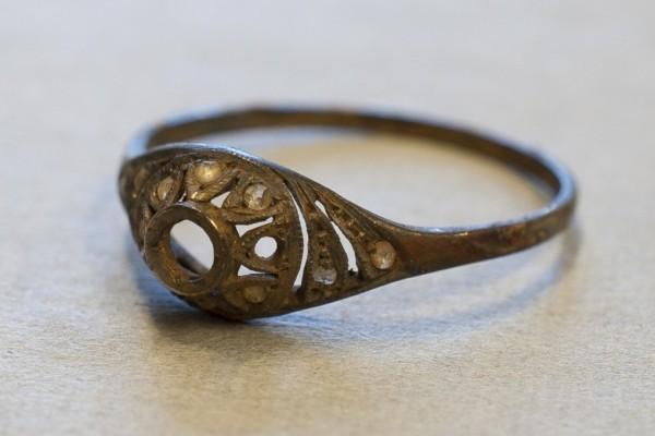 猶太人杯底藏珍寶 集中營博物館70年後發現