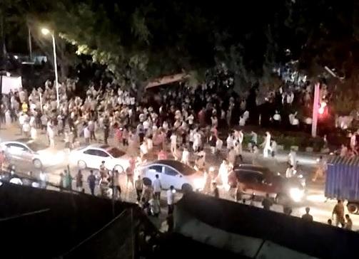 廣東警察暴力查車引眾怒 萬民掀警車砸警局