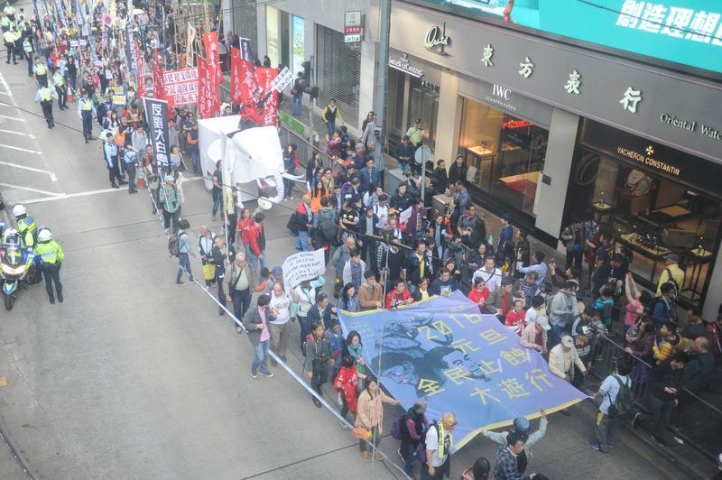 2016年1月1日,多個團體發起元旦遊行,要求特首梁振英下台、實行全民退保以及停止多項被視為「大白象工程」的基建。(孫青天/大紀元)