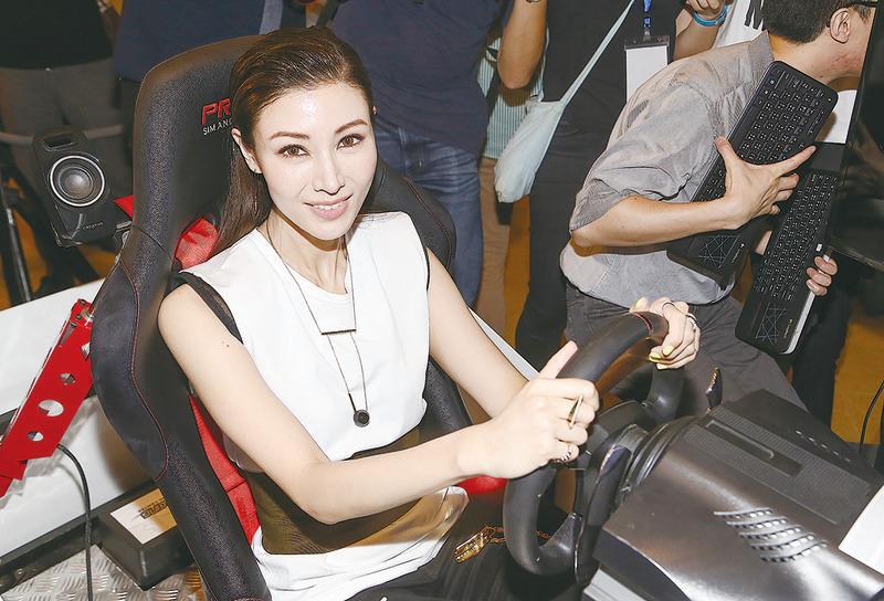 李嘉欣率先體驗 香港電動方程式賽車